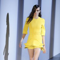 Conjunto amarilo de Thierry mugler en la Semana de la Moda de París primavera/verano 2013