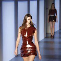 Minivestido metalizado de Thierry mugler en la Semana de la Moda de París primavera/verano 2013