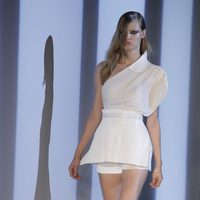 Conjunto blanco con top asimétrico de Thierry Mugler en la Semana de la Moda de París primmavera/verano 2013