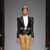 Chaqueta de cuero y pantalones de cannage de Balmain en la Semana de la Moda de París primavera/verano 2013