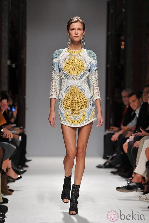 Minivestido confeccionado en cannage de Balmain en la Semana de la Moda de París primavera/verano 2013