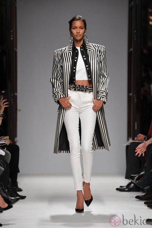 Chaqueta de rayas horizontales y pantalones blancos en la Semana de la Moda de París primavera/verano 2013