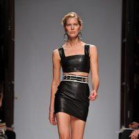 Conjunto de falda y top de cuero de Balmain en la Semana de la Moda de París primavera/verano 2013