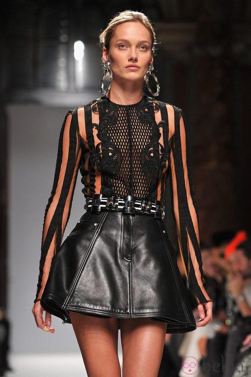 Flada de cuero y top de transparencias de Balmain en la Semana de la Moda de París primavera/verano 2013