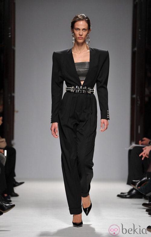 Conjunto negro con hombros marcados de Balmain en la Semana de la Moda de París primavera/verano 2013