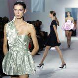Vestido verde empolvado brillante de Dior en la Semana de la Moda de París primavera/verano 2013