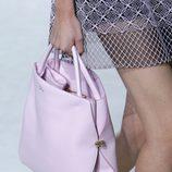 Bolso rosa pastel de Dior en la Semana de la Moda de parís pirmavera/verano 2013