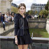 Olivia Palermo con vestido negro y chaqueta de cuero en el desfile de Dior en París