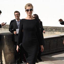 La modelo Eva Herzigova con un sofisticado look en la Semana de la Moda de París
