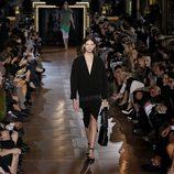 Cardigan oversize y cinturon de Stella McCartney en la Semana de la Moda de París primavera/verano 2013