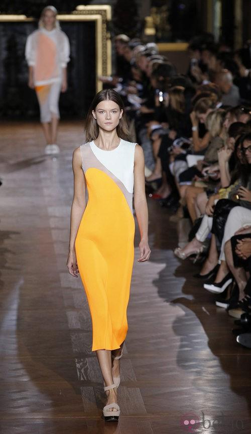 Vestido entallado con manchas geométricas de color de Stella McCartney en la Semana de la Moda de París primavera/verano 2013