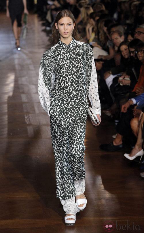 Conjunto con mezcla de estampados en blanco y negro de Stela McCartney en la Semana de la Moda de París primavera/verano 2013