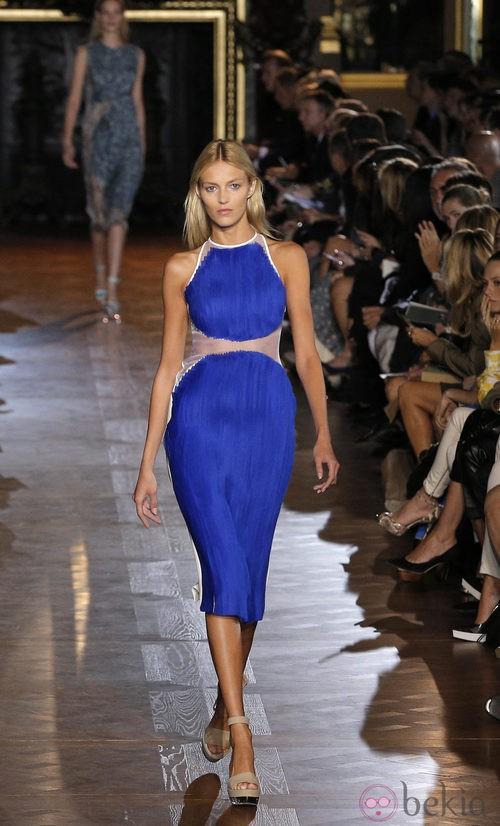 Vestido azul klein con transparencia a la altura de la cintura de Stella McCartney pirmavera/verano 2013