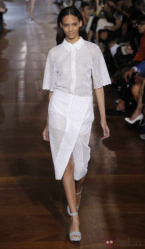 Conjunto blanco con troquelado de Stella McCartney en la Semana de la Moda de parís primavera/verano 2013
