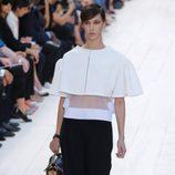 Capa blanca sobre top transparente de Chloé en la Semana de la Moda de París pirmavera/verano 2013