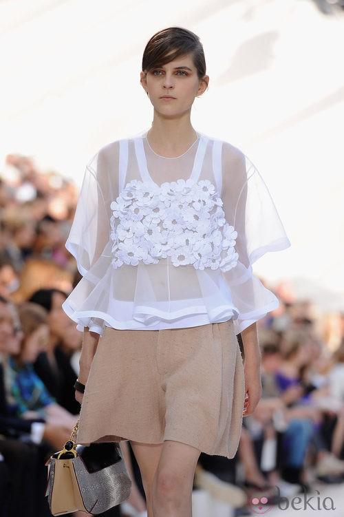 Top con aplicaciones de flores y bermudas de Chloé en la Semana de la Moda de París primavera/verano 2013