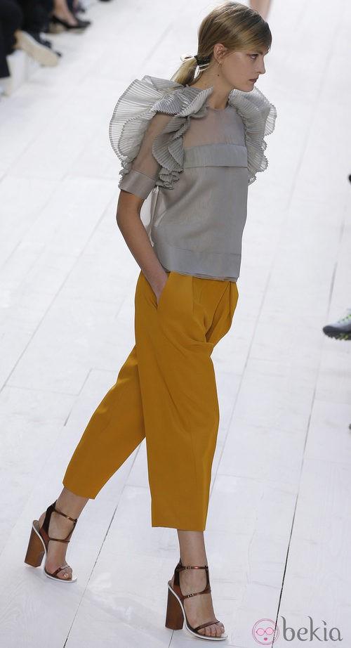 Top gris con volantes y pantalones en color mostaza de Chloé primavera/verano 2013