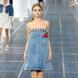 Cara Delevingne con un vestido palabra de honor vaquero de Chanel primavera/verano 2013