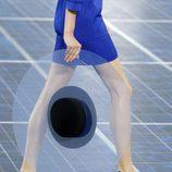 Pamela transparente y sandalias en azul klein de Chanel en la Semana de la Moda de París primavera/verano 2013