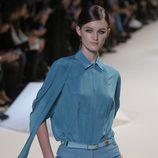 Conjunto de camisa y pantalón azul de Elie Saab en la Semana de la Moda de París primavera/verano 2013
