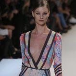 Minivestido con escote en 'V' y estampado multicolor de Elie Saab en la Semana de la Moda de París primavera/verano 2013