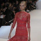Vestido rojo camisero de encaje de Elie Saab en la Semana de la Moda de París primavera/verano 2013