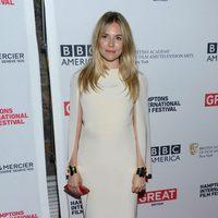 Sienna Miller con un vestido blanco de Alessandra Rich