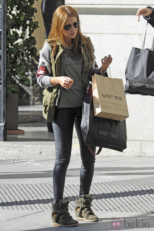 Paula Echevarría con sneakers de cuña y chaleco militar
