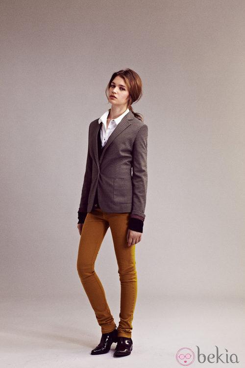 Pantalones color mostaza y chaqueta de cuadrso de I.Code otoño/invierno 2012/2013