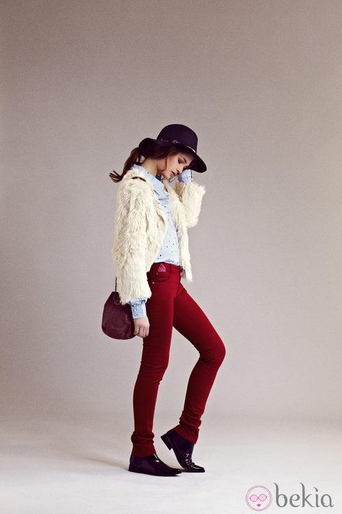 Pantalones pitillo burdeos y camisa azul cielo de I.Code otoño/invierno 2012/2013