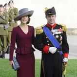 Mary de Dinamarca con un vestido en color burdeos con silueta peplum en la boda de Guillermo y Stéphanie de Luxemburgo