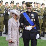 La Princesa de Asturias con abrigo de guipur en tono empolvado en la boda de Guillermo y Stéphanie de Luxemburgo