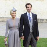 Marie Chantal de Grecia con vestdo gris de corte lady en la boda de Guillermo y Stéphanie de Luxemburgo