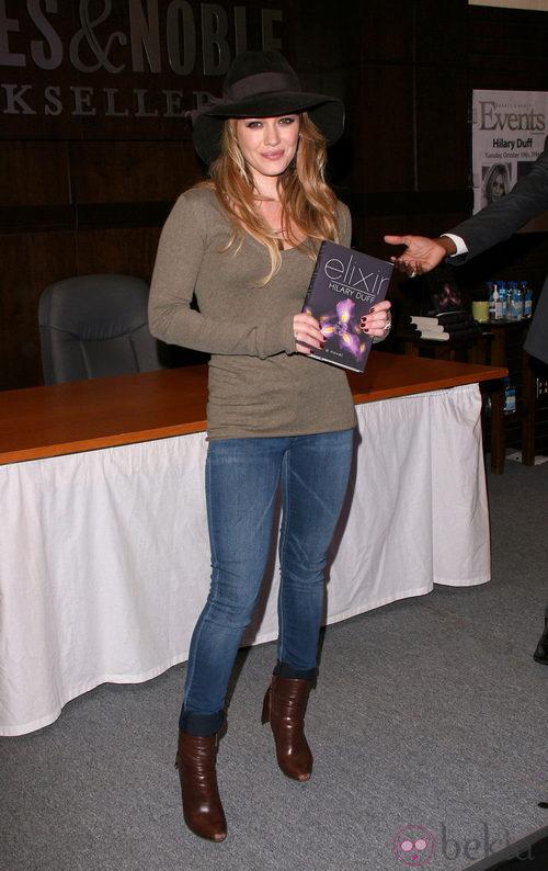 Hilary Duff con sombrero de fieltro y ala ancha
