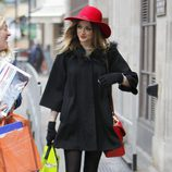 Fearne Cotton con sombrero de ala ancha rojo