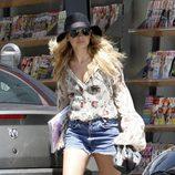 Nicole Richie con sombrero de ala ancha y shorts