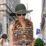 Nicole Scherzinger con sombrero de ala ancha y detalles dorados