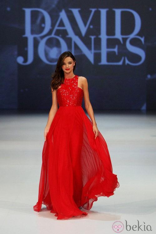 Miranda Kerr con traje de noche rojo de David Jones