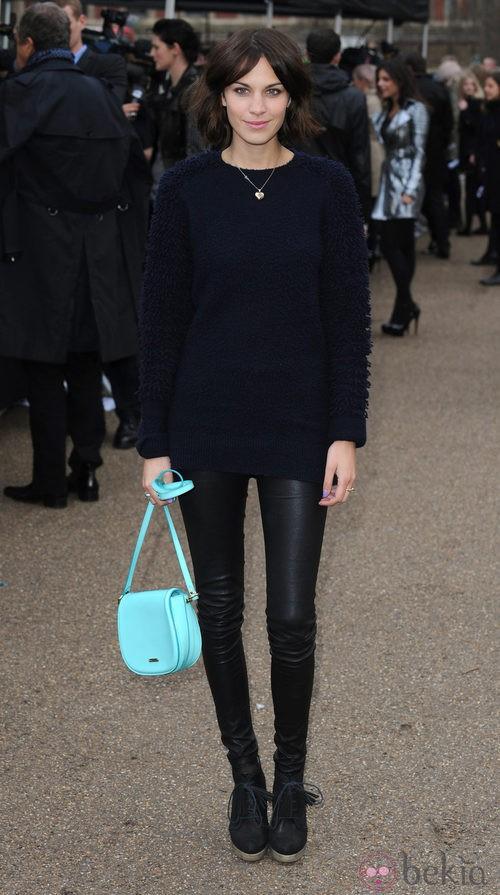Alexa Chung con bolso verde aguamarina