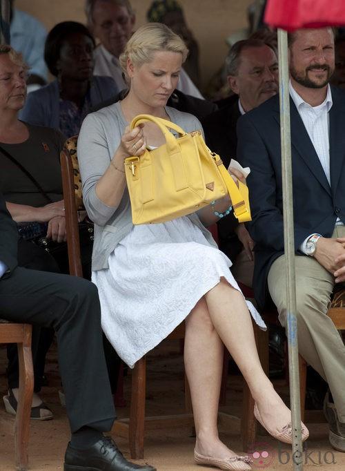 Mette-Marit de Noruega con bolso amarillo