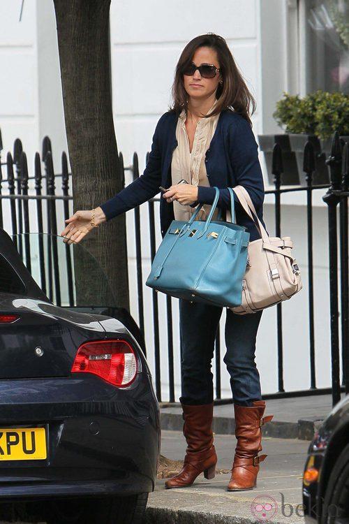 Pippa Middleton con bolso azul celeste