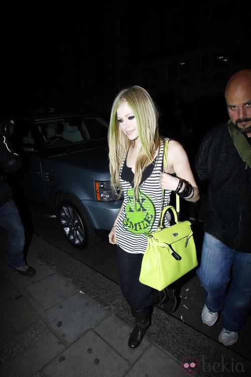 Avril Lavigne con bolso verde pistacho