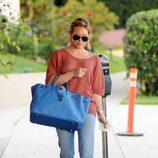 Hilary Duff con bolso azul