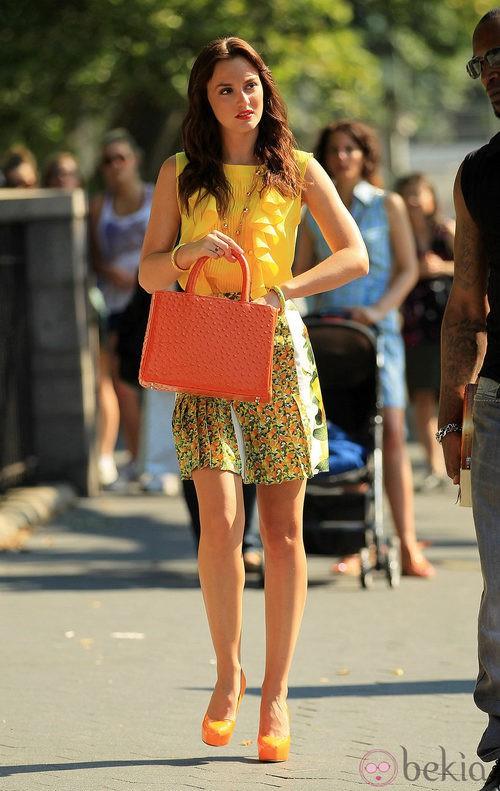 Leighton Meester con bolso naranja