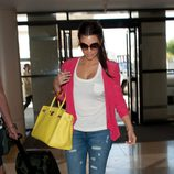 Kim Kardashian con bolso amarillo