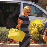 Petra Ecclestone con bolso amarillo