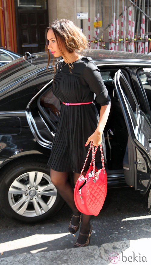 Leona Lewis con bolso rojo