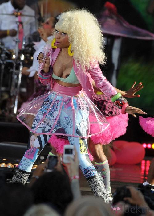Nicki Minaj muestra un pecho en pleno concierto