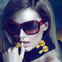 Candice Swanepoel, imagen de la línea de gafas de sol de Versace