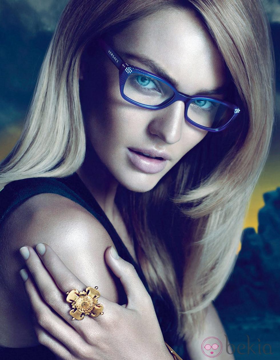 Candice Swanepoel con gafas de Versace